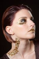 smokey eyes mit extrem make up in Gold Hochformat Portrait tfp shooting